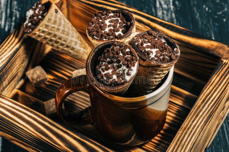 Вафли при шоколад заполняя на деревянном подносе Рожки Waffle с творогом взбрызнуты с шоколадом стоковое изображение rf