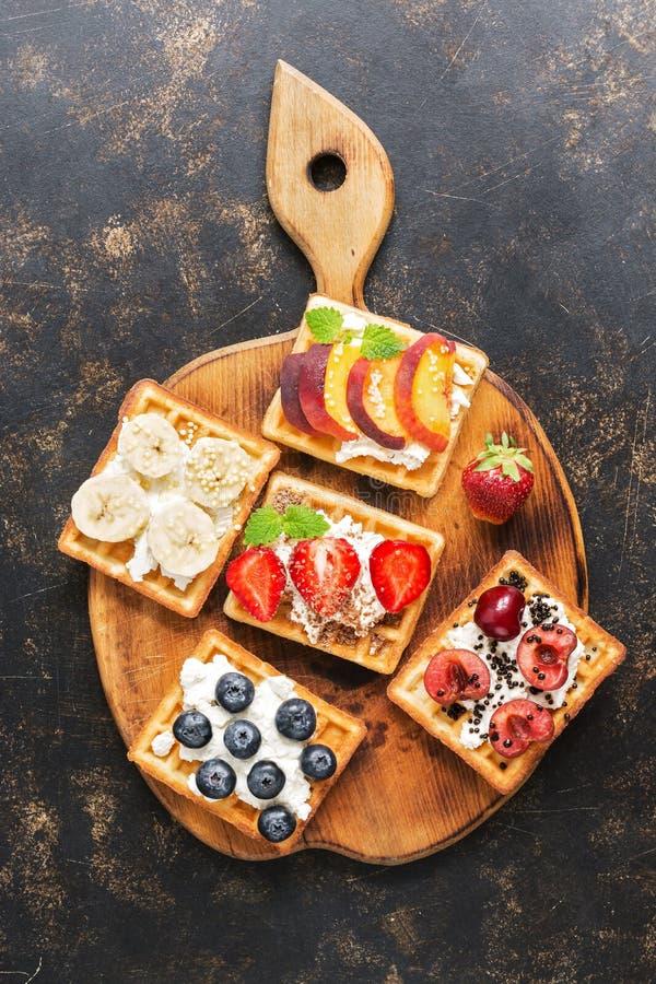 Вафли с сливк и ягодами на разделочной доске Взгляд сверху, плоское положение стоковые фото