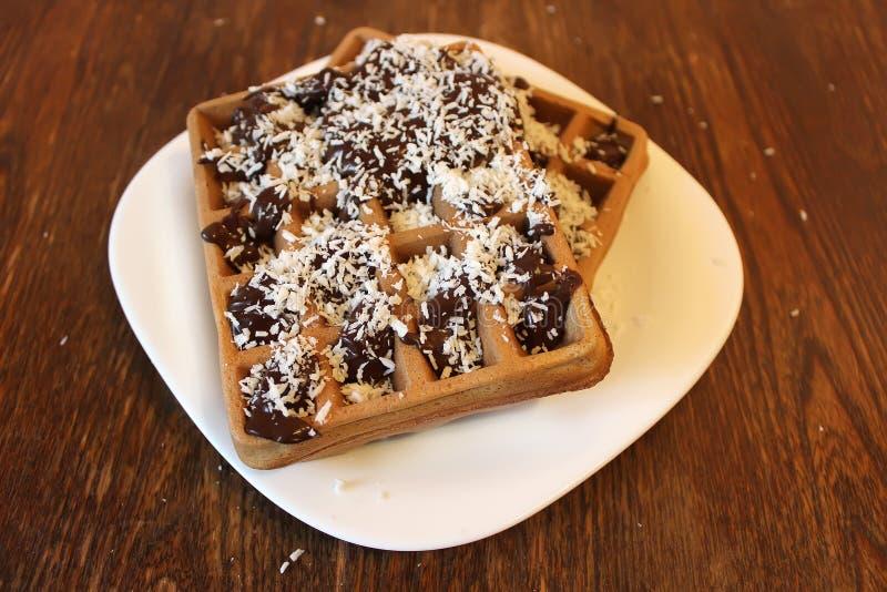 Вафля шоколада с поднимающим вверх шоколада и кокоса близкое, захваченный с малой глубиной поля стоковые фото