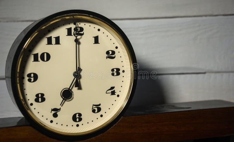 Вахта, винтажное ретро, часы ` 7 o в утре и вечер стоковые фото