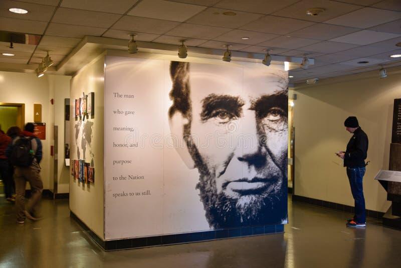 Вашингтон, США Зала входа к Аврааму Линкольну с гигантским плакатом президента Линкольна стоковые фотографии rf