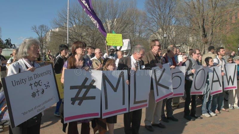 ВАШИНГТОН, DC, США - 4-ое апреля 2017: близкий вверх протестующих на Белом Доме в dc Вашингтона стоковое изображение rf
