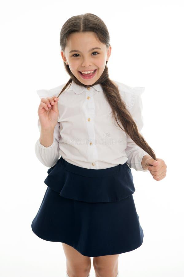 Ваши волосы ждут все лето на этот момент Вьющиеся волосы зрачка школьницы длинное Милые стили причёсок подпирают в школе стоковые фото