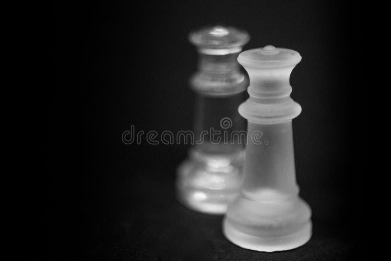 Ваш ферзь имеет противоположности Ледяные шахматные фигуры ферзя на черной предпосылке стоковое изображение