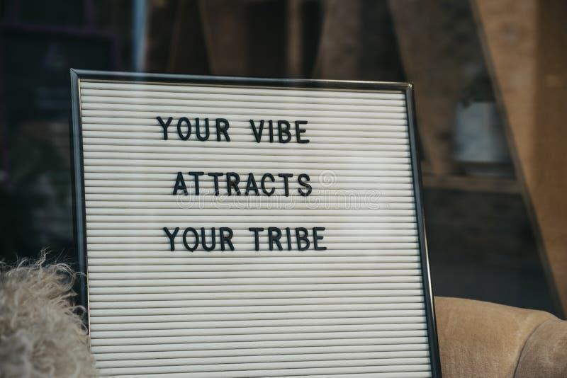 Ваш vibe привлекает вашу цитату племени мотивационную на доске стоковые фотографии rf