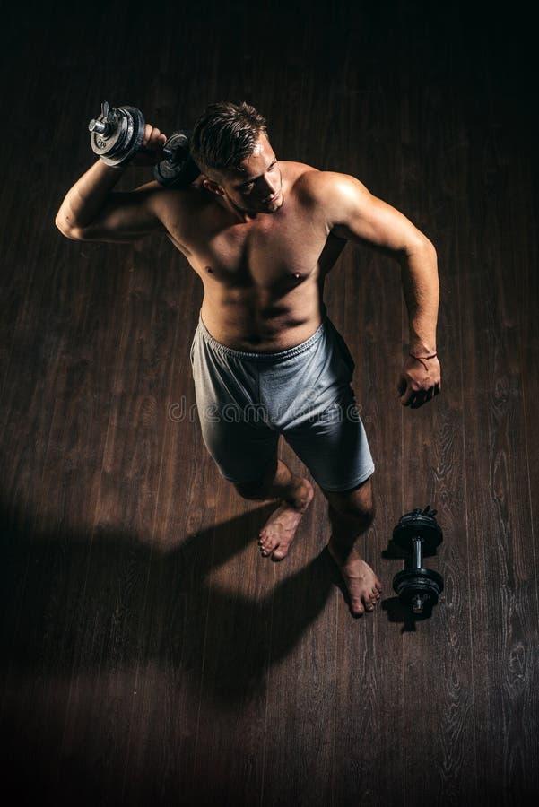 Ваяйте лучшее тело прямо сейчас Сильный работник с 6 abs пакета Мышечный человек имеет разминку в спортзале Фитнес и мышца стоковые фотографии rf