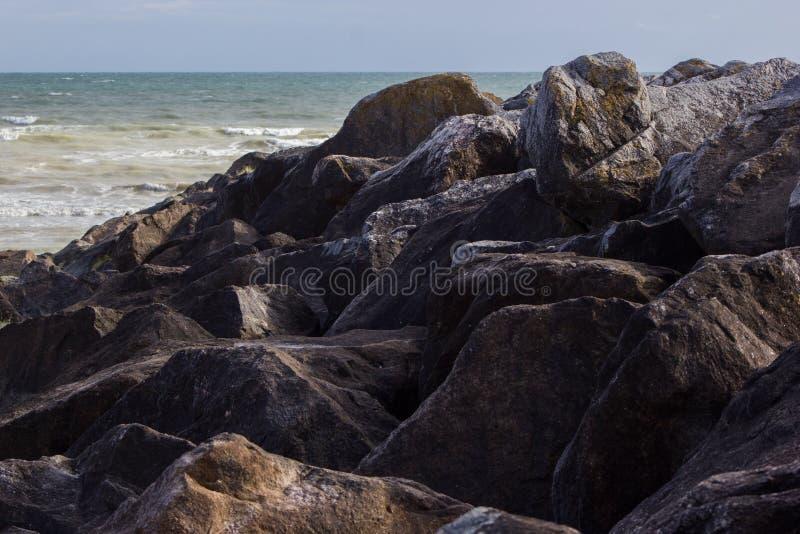 Валуны в Saltdean, Брайтоне в море стоковое фото rf