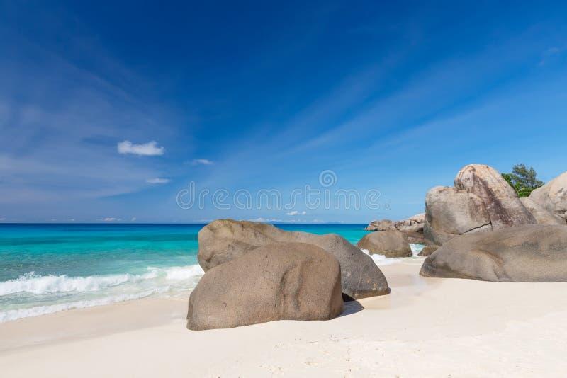 Валуны гранита на пляже Carana острова Mahe, Сейшельских островов стоковое изображение