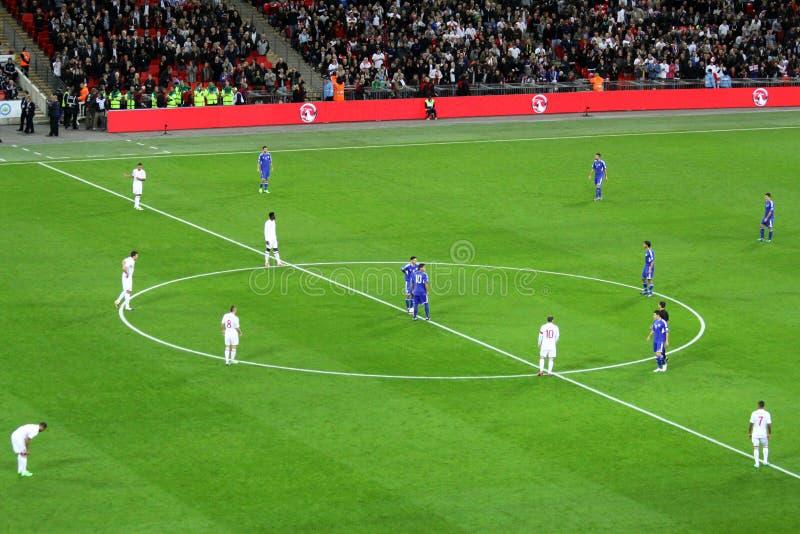 Введение мяча в игру Англия - San Marino стоковые фотографии rf