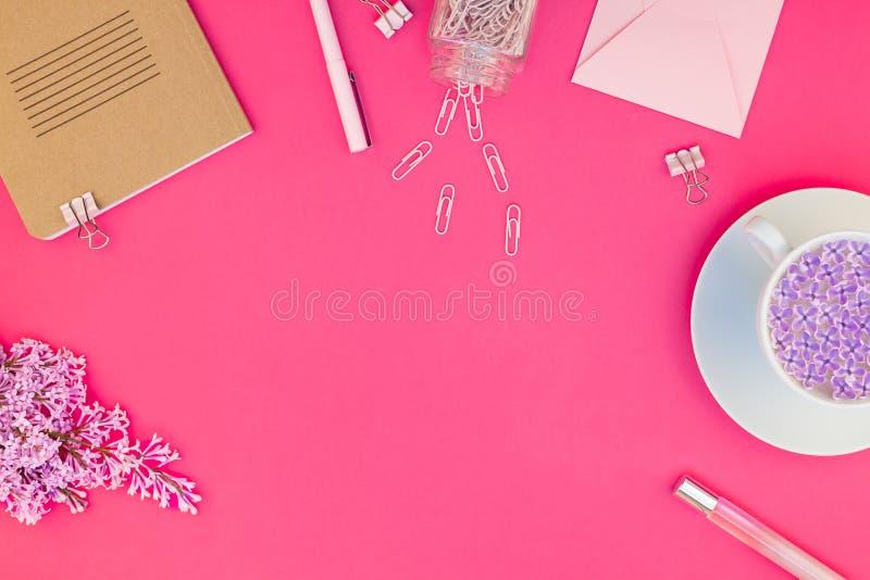 Введенное в моду розовое женственное положение квартиры места для работы стоковая фотография