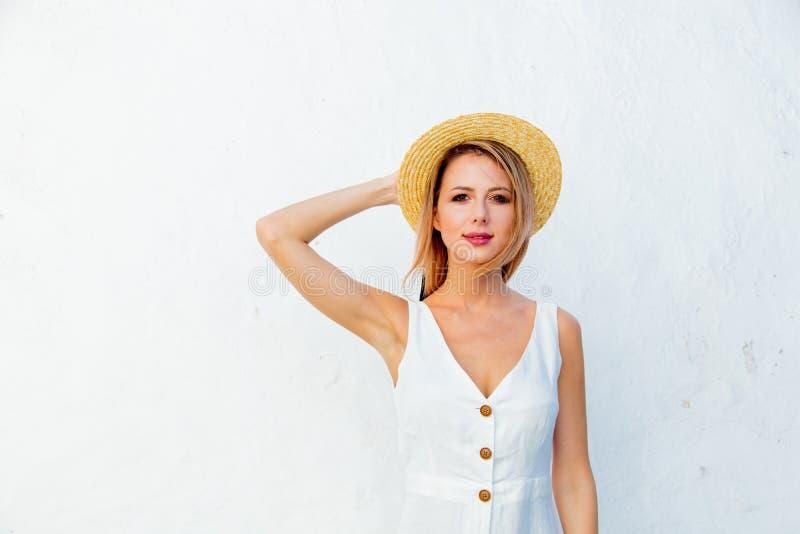 Введите девушку в моду около белой стены, Крита, Греции стоковое изображение rf