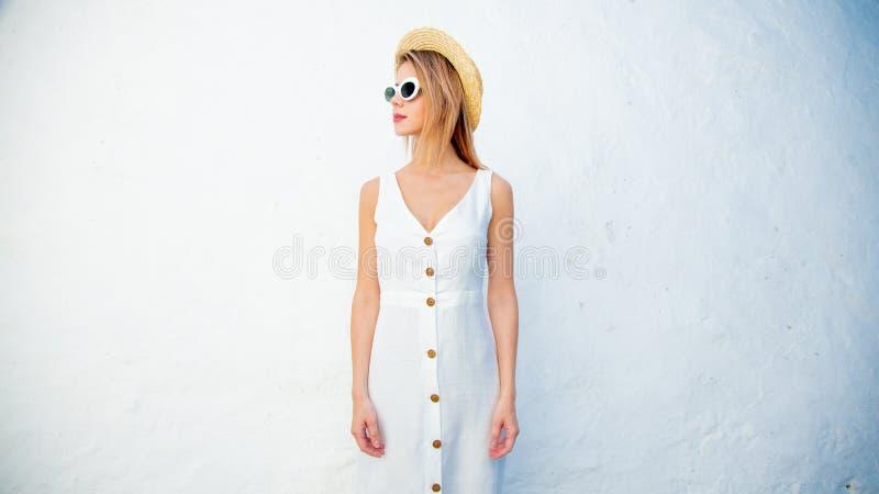 Введите девушку в моду около белой стены, Крита, Греции стоковые фотографии rf