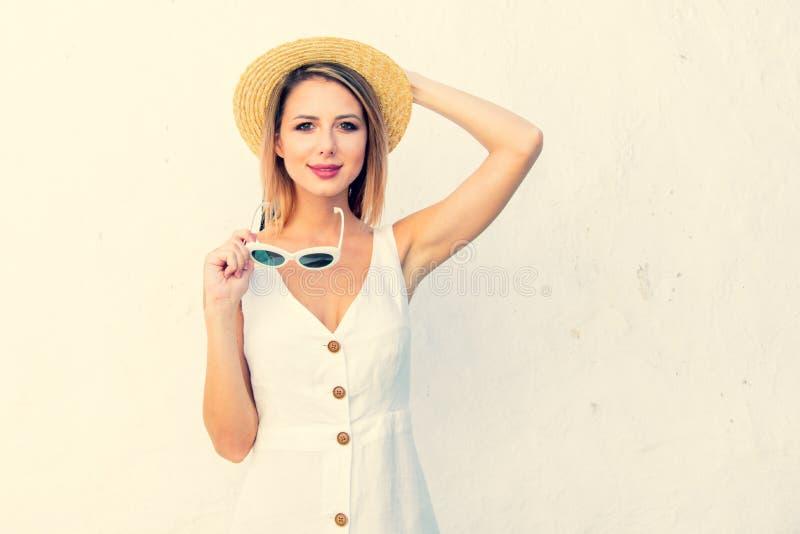 Введите девушку в моду около белой стены, Крита, Греции стоковое фото rf