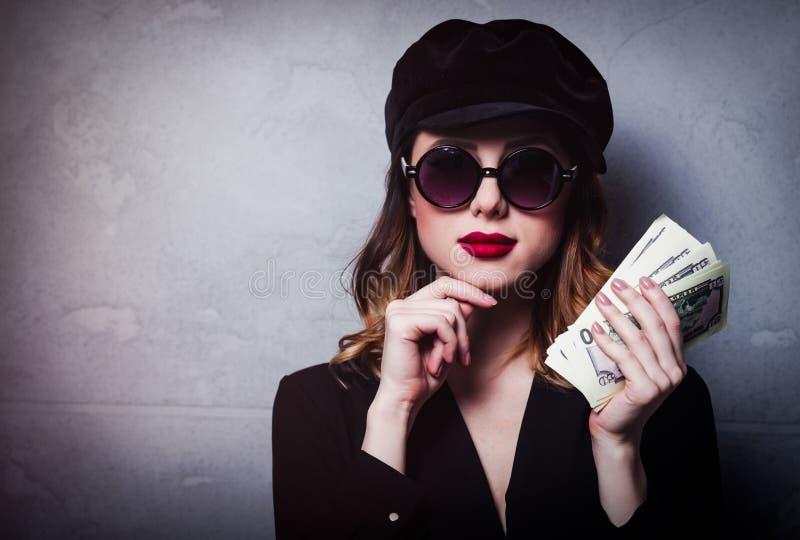 Введите девушку в моду redhead в черной шляпе и одеждах с деньгами стоковое изображение rf