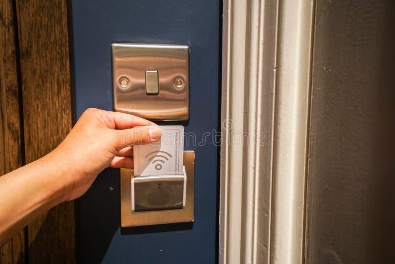 Введите карточку гостиницы ключевую для освещать в комнату стоковая фотография rf