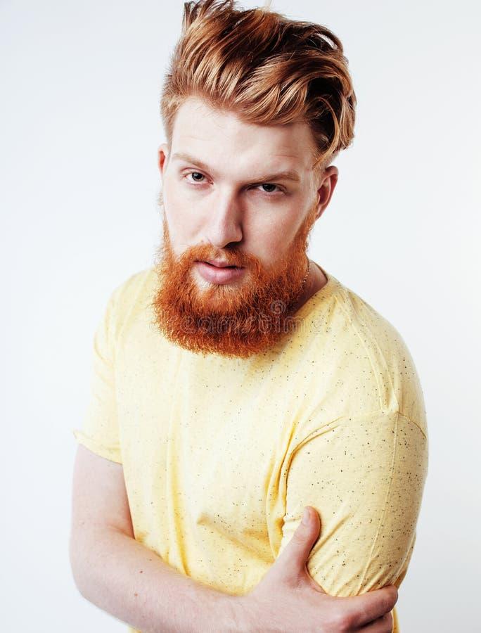 Вверх изолированный портрет молодого бородатого парня битника усмехаясь на белом конце предпосылки, концепция людей образа жизни стоковое фото rf