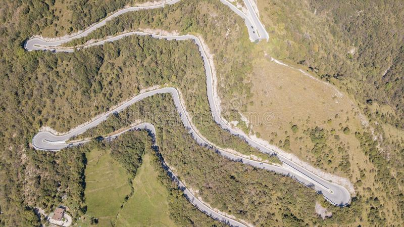 Вверх и вниз вида с воздуха трутня дороги горы в Италии от деревни Nembro к Selvino стоковая фотография rf