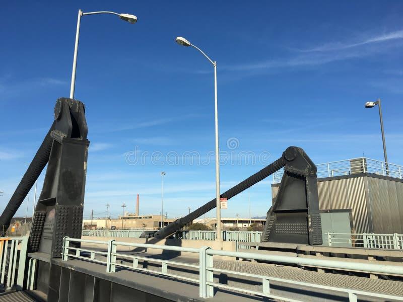 Вверх и вниз для перекидного моста стоковые изображения