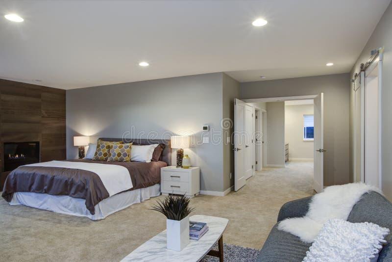 Вверх оглушать спальня хозяев с камином и частной палубой стоковое изображение