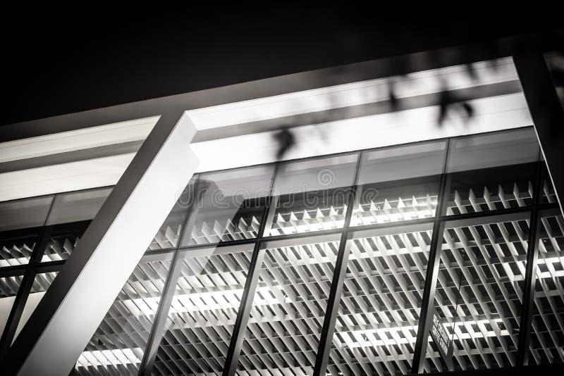 Вверх по взгляду стеклянного нового офисного здания города стоковые изображения rf