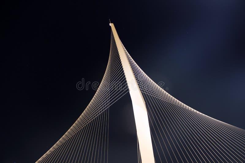Вверх по высокому, вися мосту снятому снизу. стоковые изображения rf