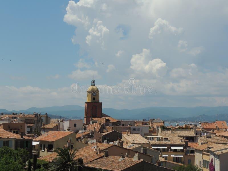 Вверх по над взгляду к St Tropez, Франция, изумительный взгляд к церков нашей дамы предположения стоковое изображение rf