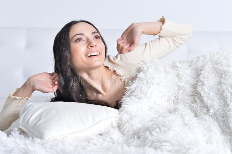 вверх по просыпать детеныши женщины стоковая фотография rf