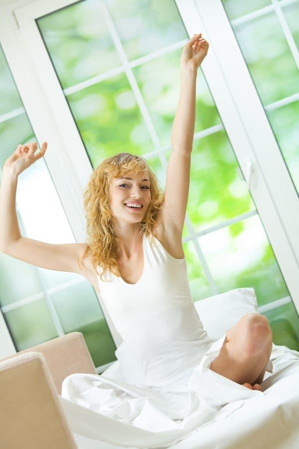 вверх по просыпать женщина стоковые фото