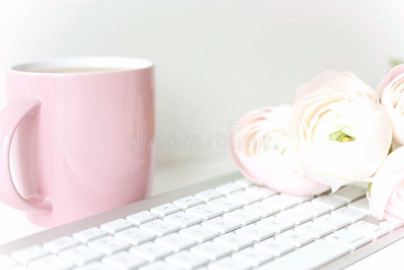 Введенный в моду состав с розовыми ranunculos стоковое изображение rf