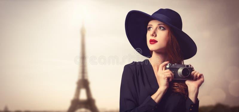 Введите женщин в моду redhead с солнечными очками и винтажной камерой стоковые изображения