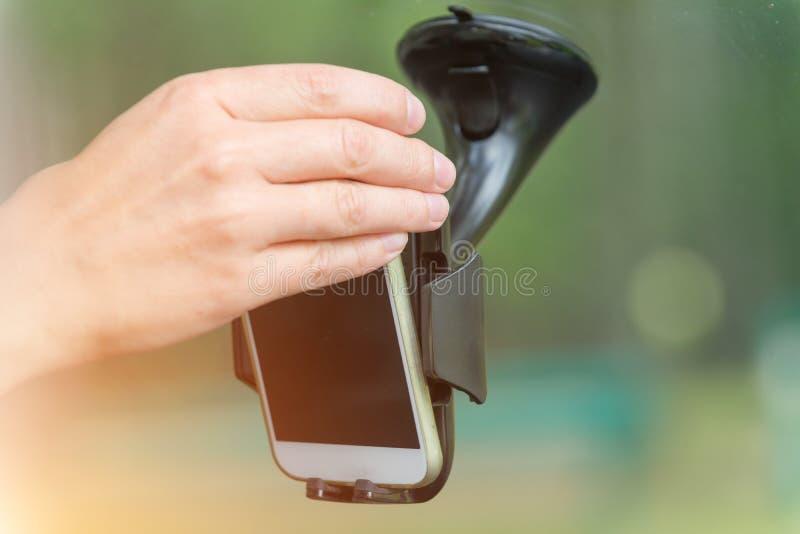 Вводить умный телефон в держатель автомобиля стоковая фотография