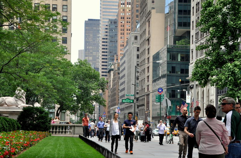 вдоль взгляда nyc бульвара пятого стоковые изображения rf