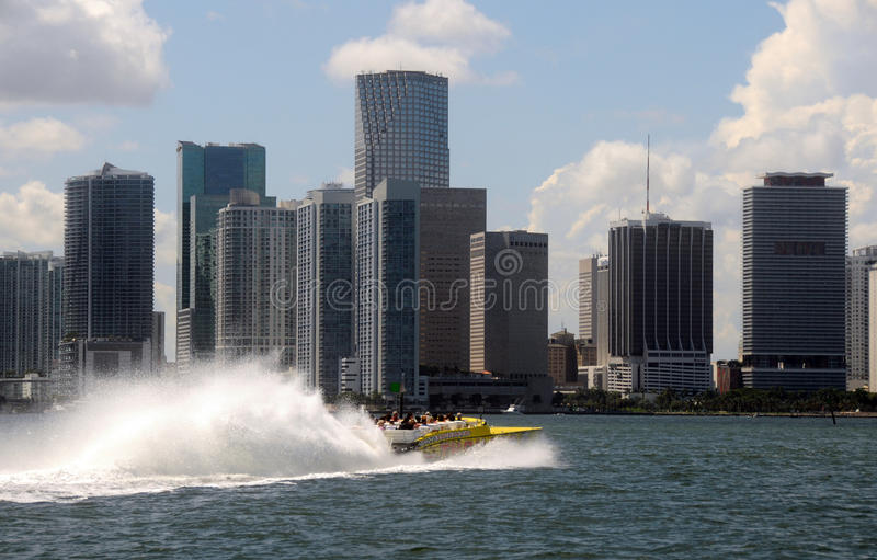 вдоль водных путей путешествия скорости miami s шлюпки высоких стоковая фотография