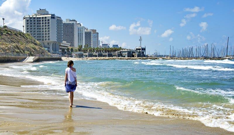 вдоль гулять seashore девушки стоковые фотографии rf