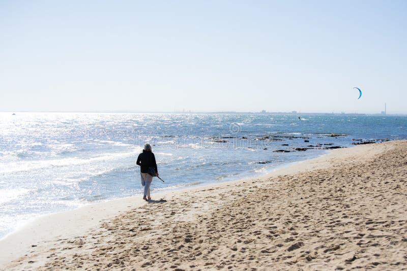 вдоль прогулки пляжа стоковые фотографии rf