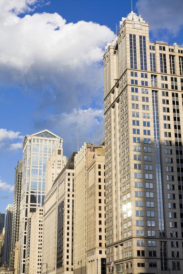 вдоль реки chicago зданий стоковая фотография rf