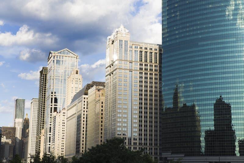 вдоль реки chicago зодчества стоковое изображение