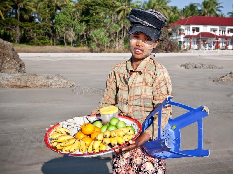вдоль свежих фруктов пляжа повелительница продает детенышей стоковые фотографии rf