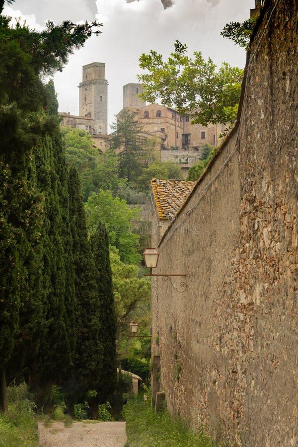 Вдоль средневековых стен San Gimignano, Италия стоковые изображения rf