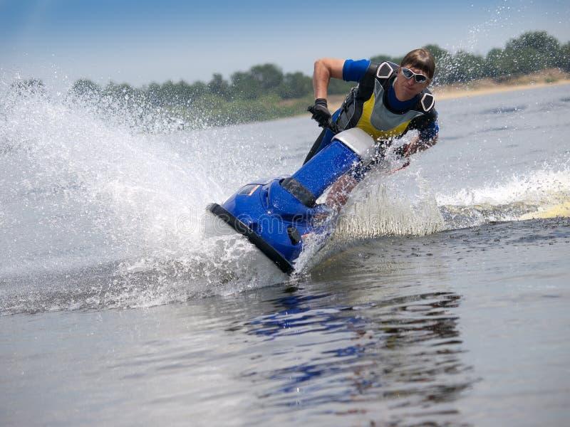 вдоль человека двигателя камеры лыжа skims стоковое изображение