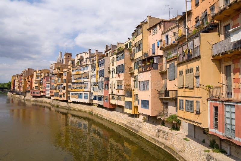 вдоль girona расквартировывает средневековое onyar реку стоковые изображения