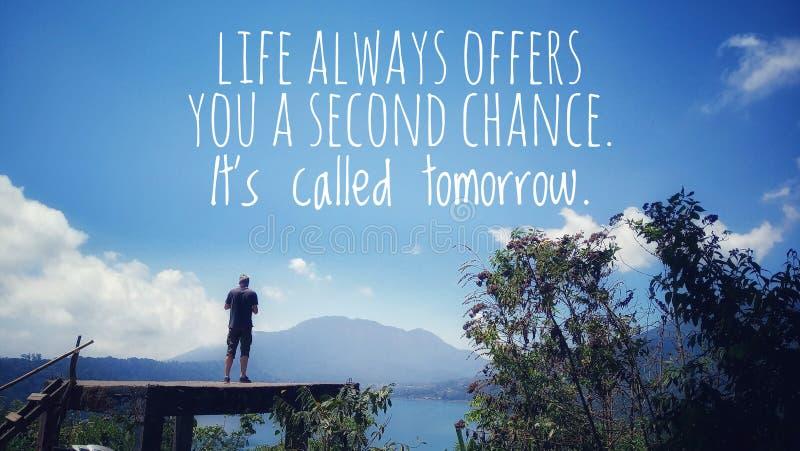 Вдохновительная цитата - Жизнь всегда дает вам второй шанс Он называется завтра Молодой человек силуэт стоит, голубое небо стоковая фотография