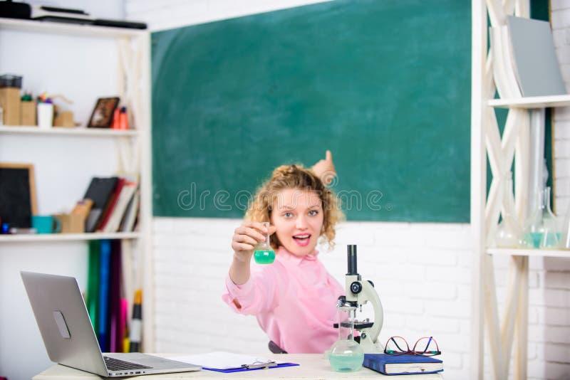 Вдохновление для изучения Концепция обучения Школьная студентка женского колледжа держала химическую жидкость в пробирке Страстны стоковые фотографии rf