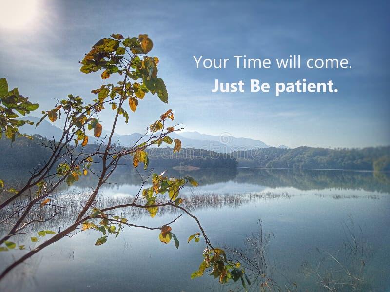 Вдохновляющая мотивационная цитата - вы время придете Как раз терпеливый Со светом утра солнца над озером красивой природы голубы стоковая фотография