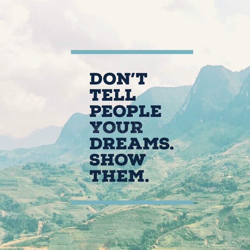 """Вдохновляющая мотивационная цитата """"не говорит людям ваши мечты Покажите их  †с mountaind стоковая фотография"""