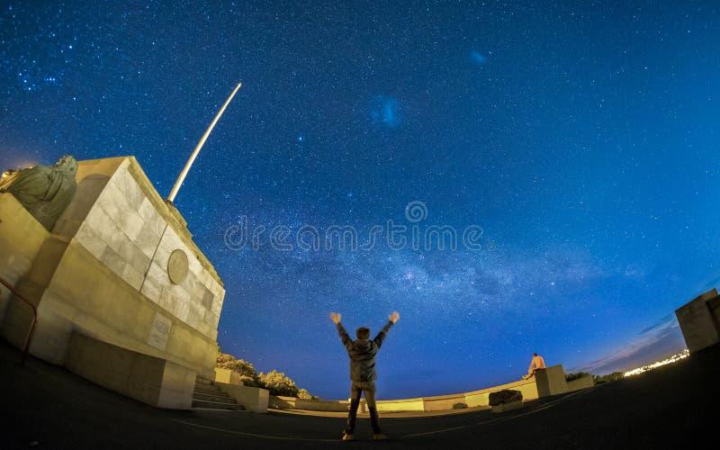 Вдохновляющее изображение концепции человека смотря галактику млечного пути стоковое изображение rf