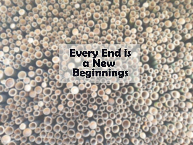 Вдохновляющий закавычьте каждый конец новые начала С расплывчатым вырезыванием предпосылки отверстий бамбуков в конце стоковые изображения rf