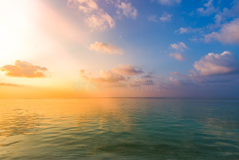 Вдохновляющий штиль на море с небом захода солнца Океан раздумья и предпосылка неба Красочный горизонт над водой стоковые фотографии rf