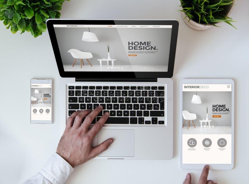 вебсайт дизайна интерьера столешницы офиса холодный отзывчивый стоковая фотография rf