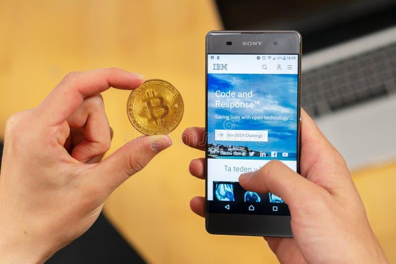 Вебсайт и человек IBM с bitcoin стоковое фото rf